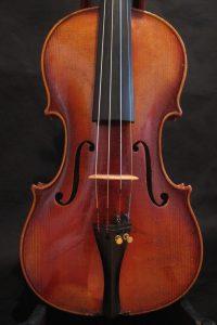 Die Geige von Ernst Kreusler aus Dresden ist in sehr gutem Zustand und geeignet für den anspruchsvollen Laien.