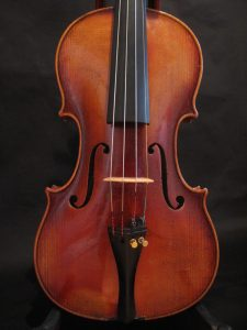 The violin by Ernst Kreusler from Dresden is in very good condition and suitable for the ambitious layman.