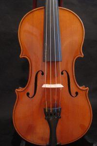 Dieses Instrument aus der Werkstatt Pfretzscher wurde 1932 in Markneukirchen gebaut.