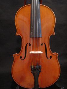 Этот инструмент из мастерской Pfretzscher был построен в Markneukirchen 1,932th